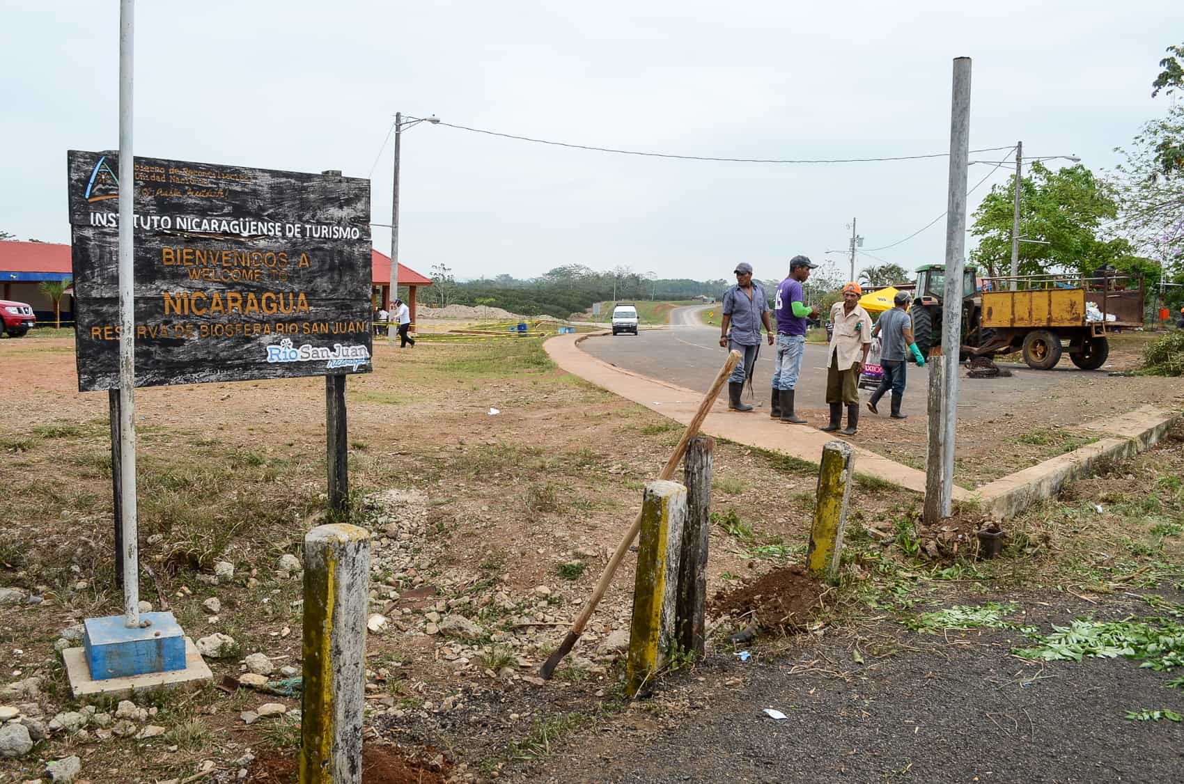 Nicaraguan workers make preparations at the border with Costa Rica near Los Chiles in the Costa Rican province of Alajuela. On May 2, 2015 the Las Tablillas border crossing will be inaugurated.