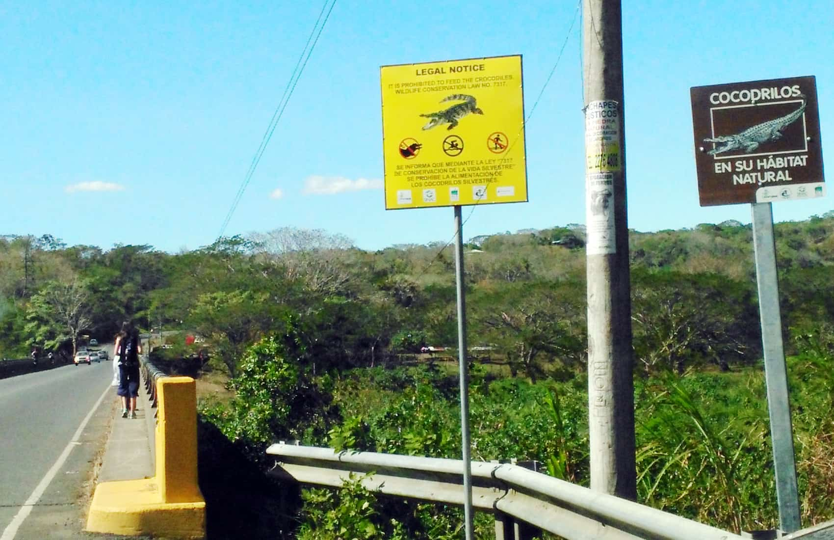 Crocodile warning signs at Tárcoles river, Puntarenas