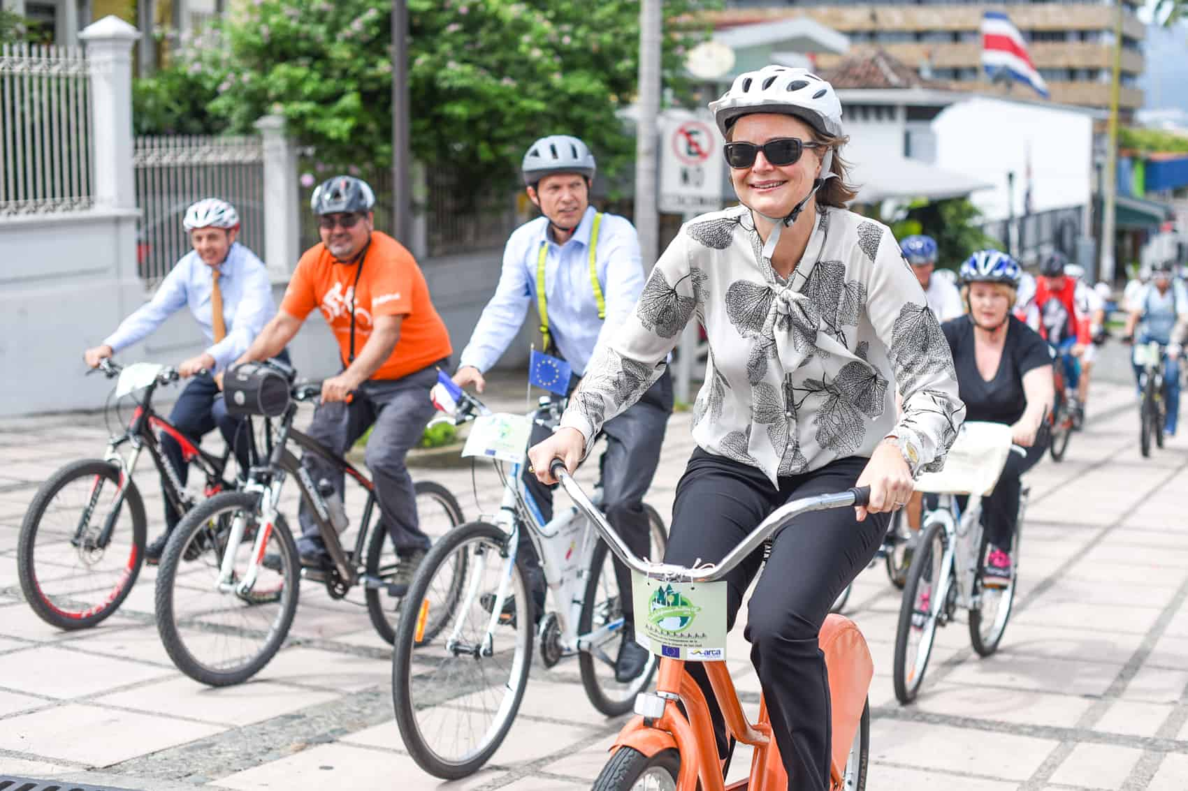 "Ambassadors in Costa Rica from the European Union countries cycled in the new bike path in part of San Jose's 4th and 6th avenues to encourage the use of these means of transportation. The ""cleteada"" anded in the Legislative Assembly building where diplomats met with Costa Rican law makers to talk about the Paris Climate Conference COP 21 to be held in Paris, France in December. ""We are here to talk with Costa Rican law makers and show that it is possible to use the bicycle, a heathy and no emissions vehicle, in the city. In Holland we know that it is a slow process but right now there are more bicycles that persons there"" said Dutch ambassador Mette Gonggrijp."
