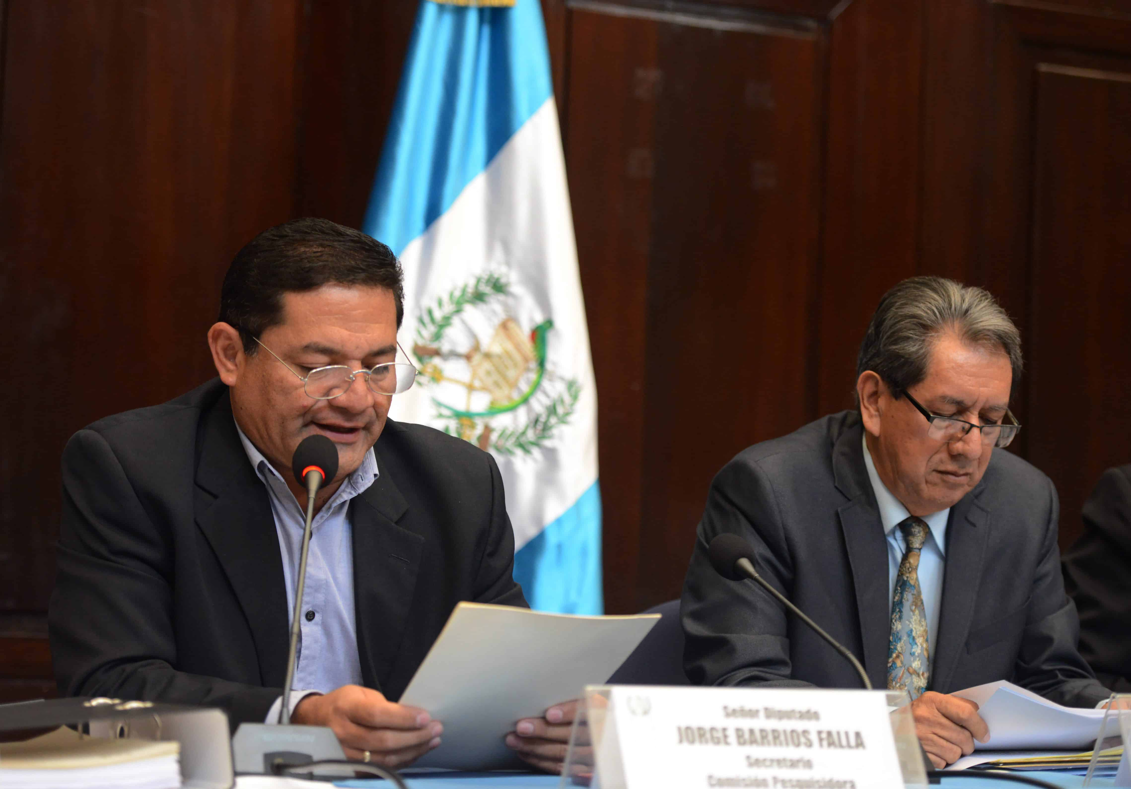 Guatemalan lawmakers Jorge Barrios, left, and Mario Linares read a decision by a special legislative commission to revoke immunity for President Otto Pérez Molina.