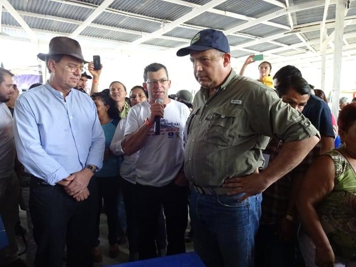 From left: Environment Minister Edgar Gutiérrez, river activist Osvaldo Durán Castro and President Luis Guillermo Solís.