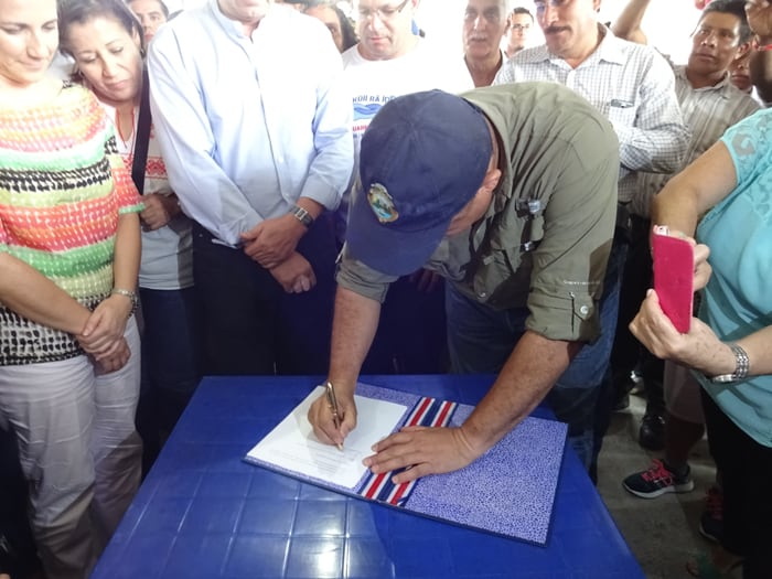Solís signs a presidential decree banning dams from the Pacuare and Savegre rivers for 25 years.