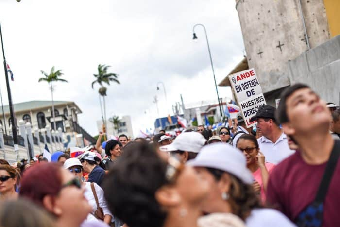 Hundreds of public employees marched along the capital's Second Avenue to the Legislative Assembly in San José, August 20, 2015.