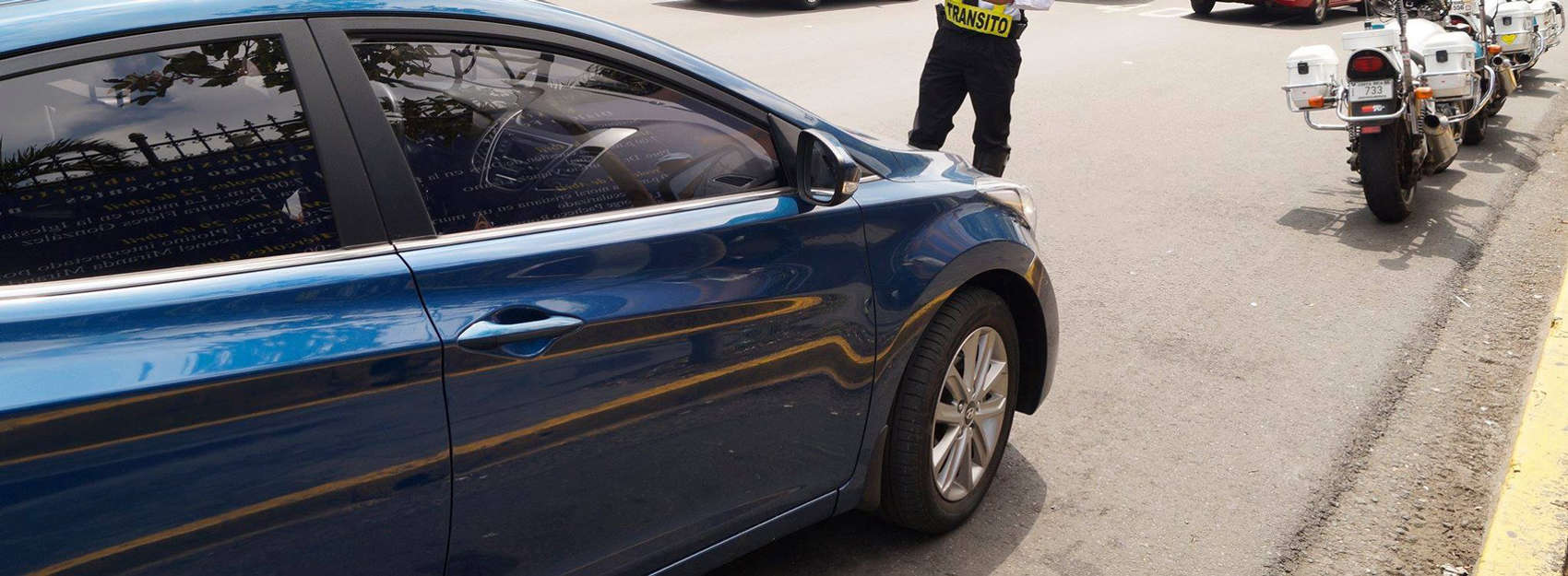 Uber Costa Rica: A police officer stops a vehicle.