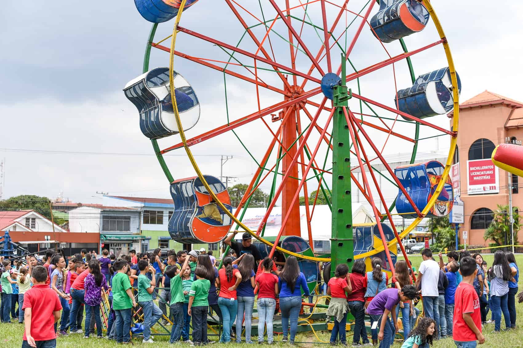 Students from the Franklin Roosevelt school in San Pedro de Montes de Oca, celebrated Children's Day at the plaza in from of the school with carnival rides like the Ferris Wheel.