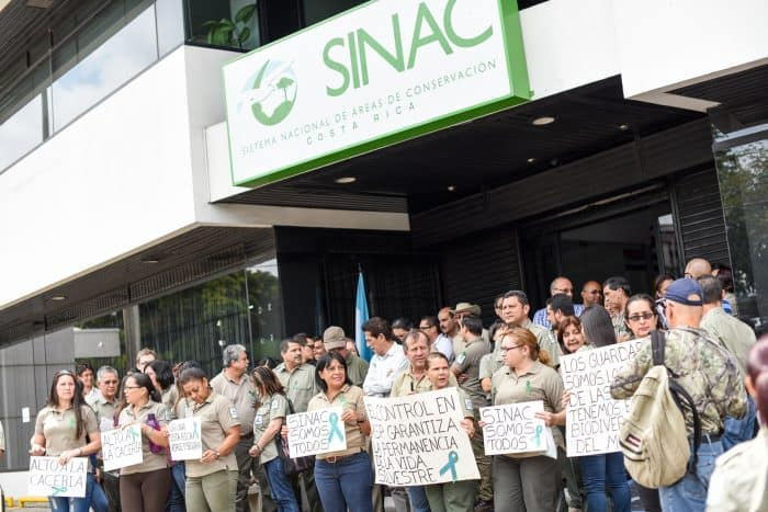 Park service employees protest in front of the SINAC building in San José to demand better conditions for park rangers and a pardon for ranger Mauricio Steller, Sept. 4, 2015.