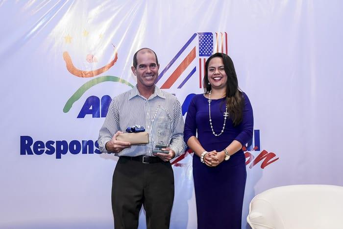 Karl Kahler receives a journalism prize.