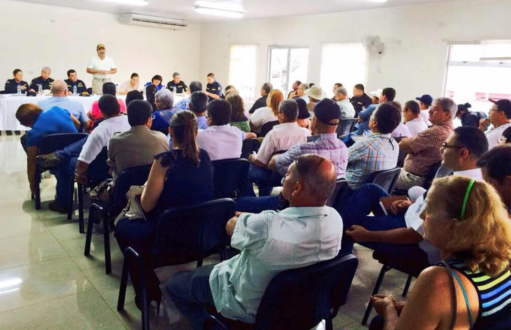 Costa Rica's public security minister meets with residents on crime.