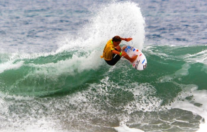 Aldo Chirinos surfing