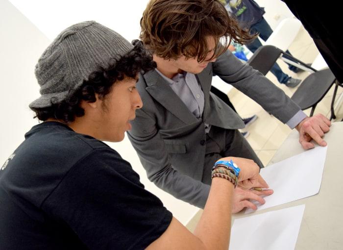 RJ Mitte signs autographs for his fans. Amanda Zúñiga/The Tico Times