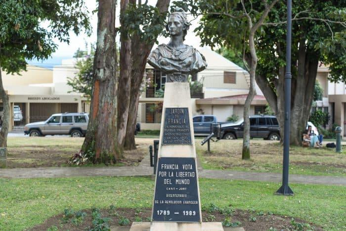 The park's statue. Alberto Font/The Tico Times