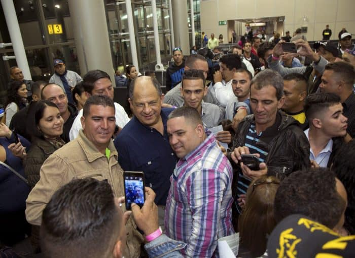 Cuban migrants with Costa Rica President Luis Guillermo Solís
