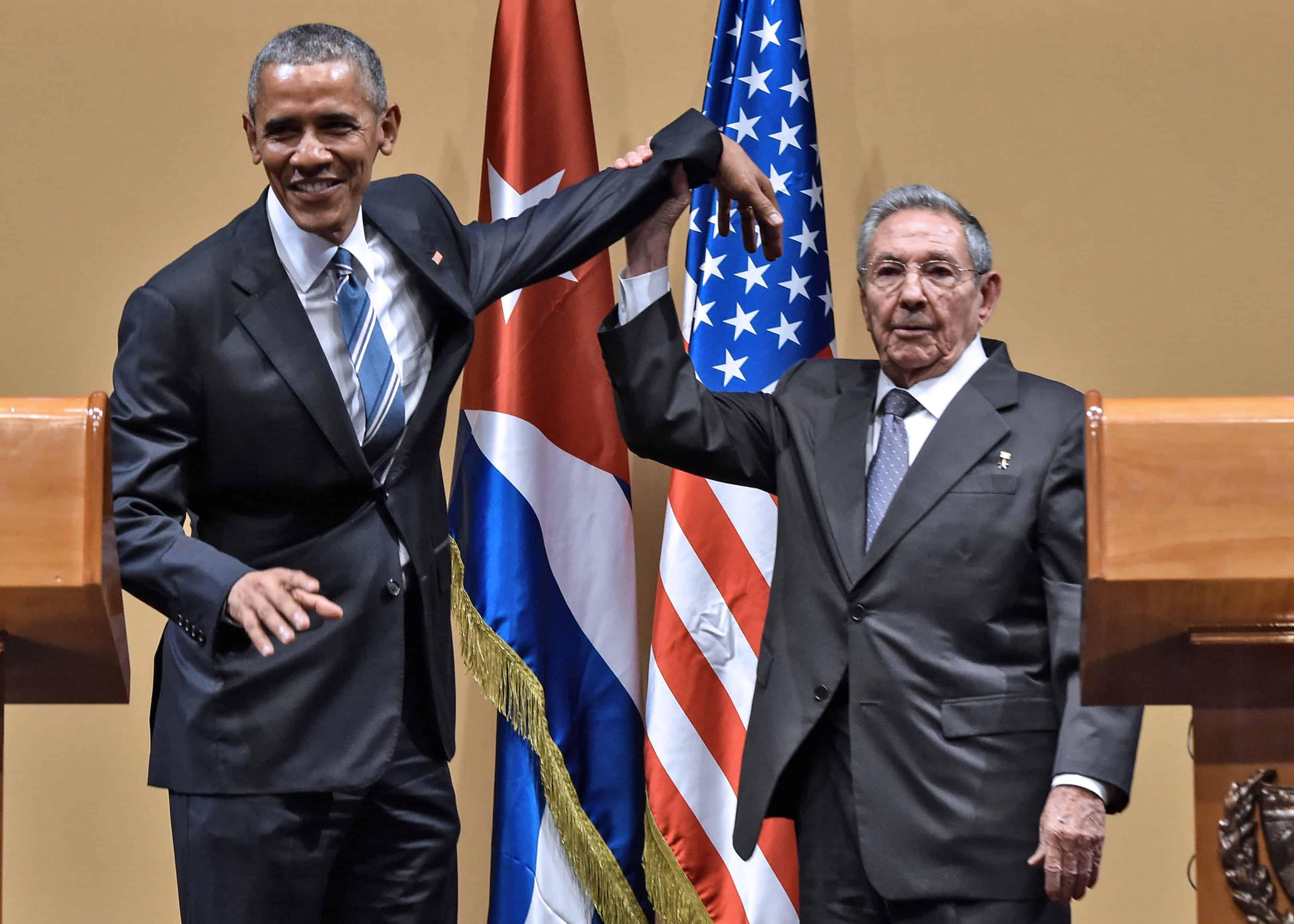 Obama in Cuba | President Raúl Castro awkwardly raises President Obama's arm