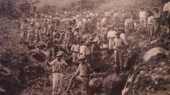 Limó—n railroad workers.