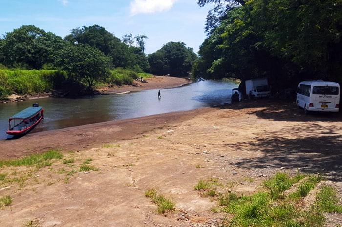 Low rainfall levels last week prompted MOPT to suspend boat transport service between La Pavona and Tortuguero.