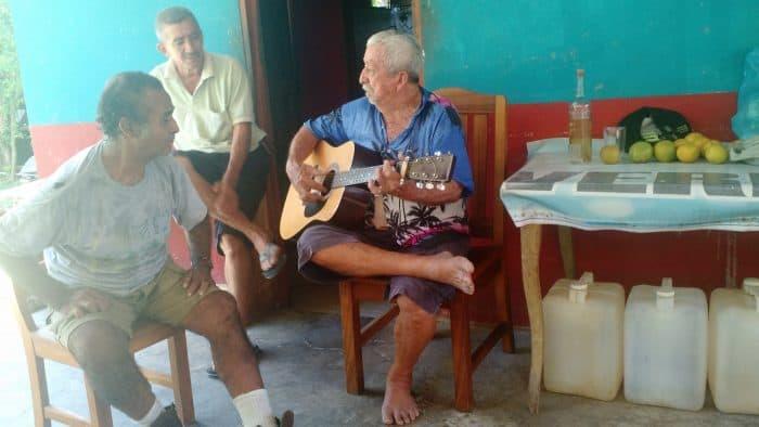 Don Polo singing folk