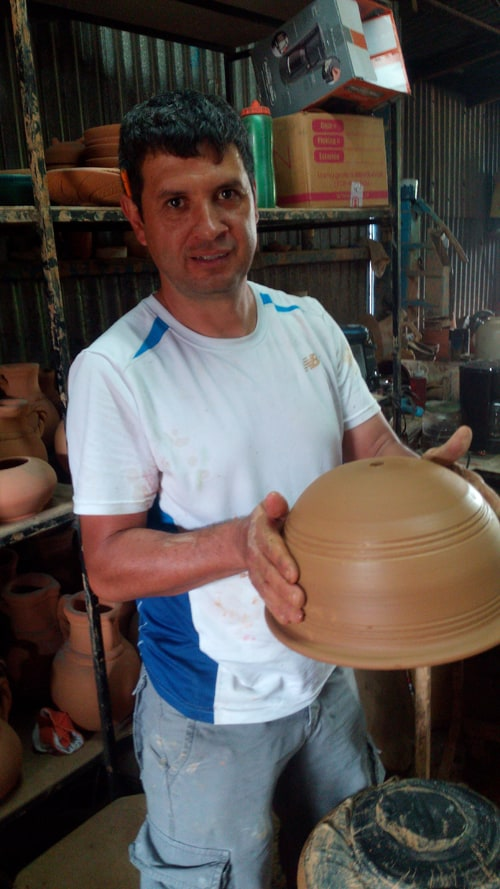 ¡Listo! Carlos Marín with finished pot.