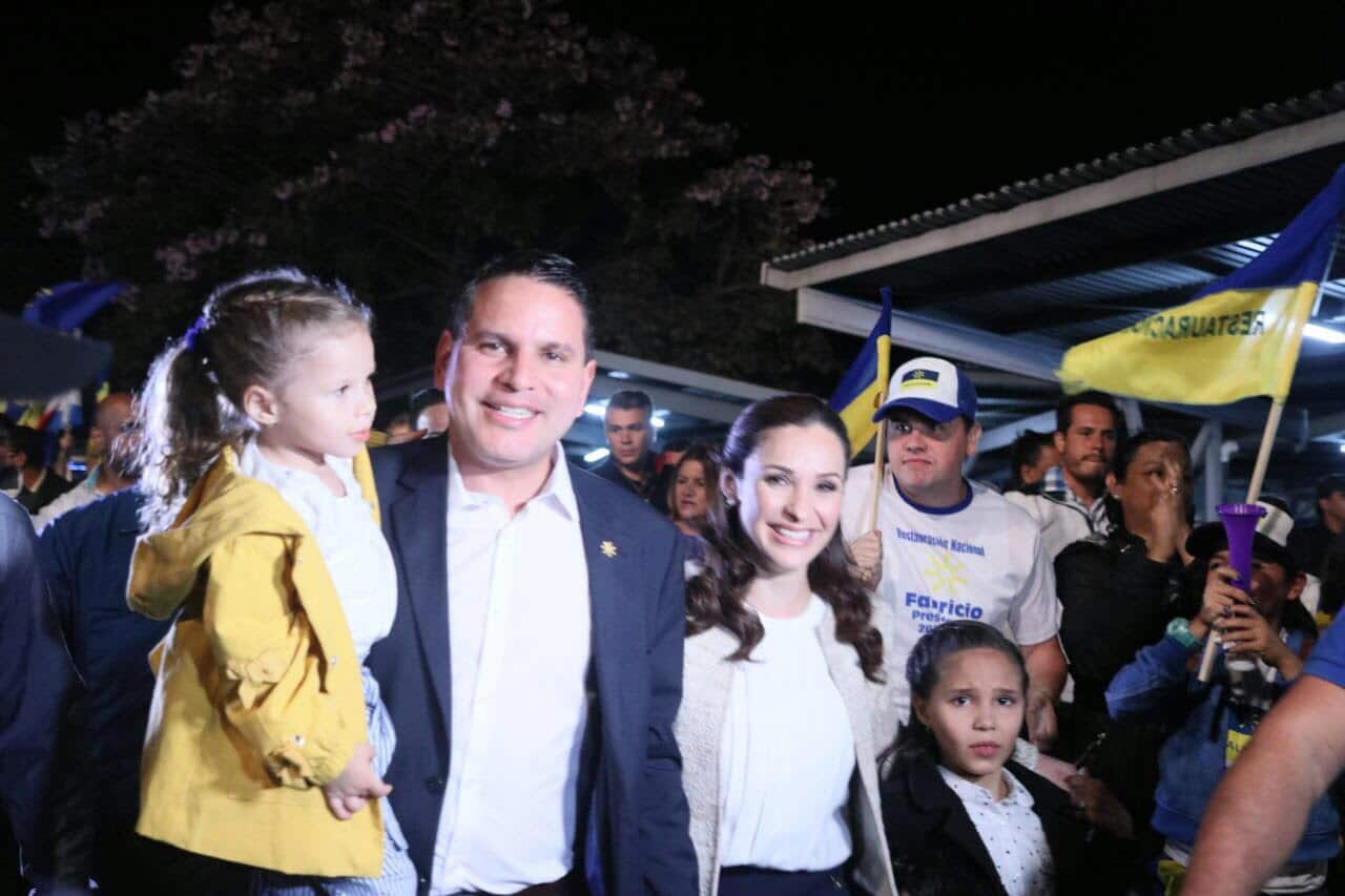 Fabricio Alvarado, his wife, Laura Moscoa, and their daughers approach the stage on Paseo Colón, San José, Costa Rica.