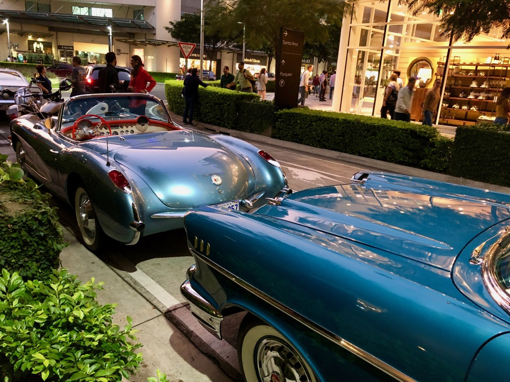 Vintage car parade at Avenida Escazu