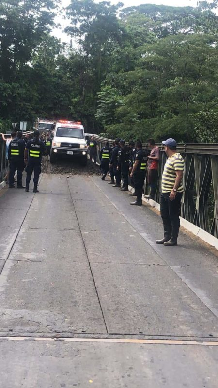 National Police clear roads in San Carlos.