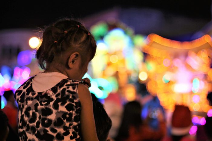 A child watches the floats parade down Avenida 2