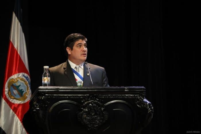 President Carlos Alvarado reduces salary in the face of economic crisis