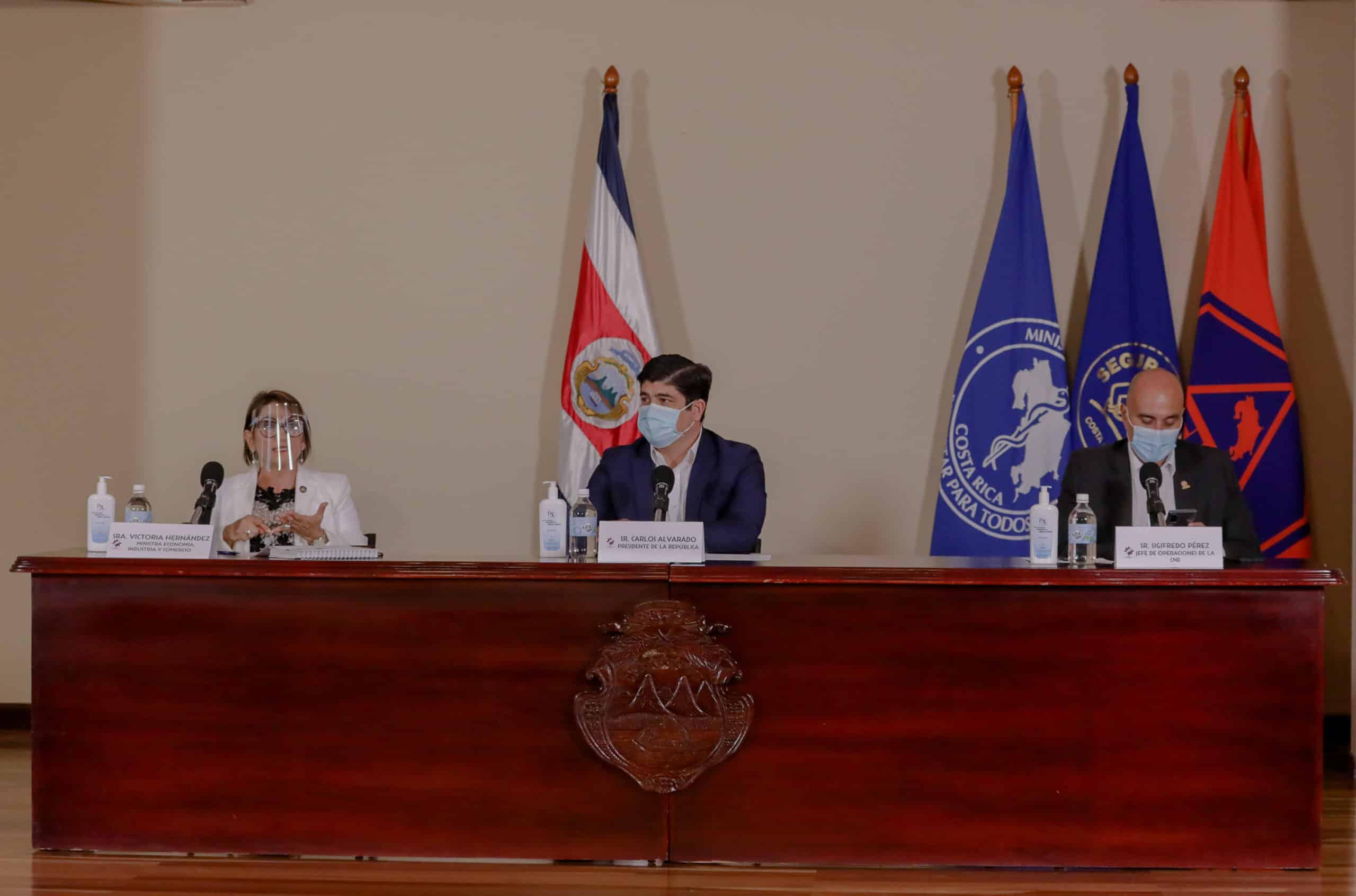 Victoria Hernández, President Carlos Alvarado and Sigifredo Pérez speak at the coronavirus press conference on August 26, 2020.