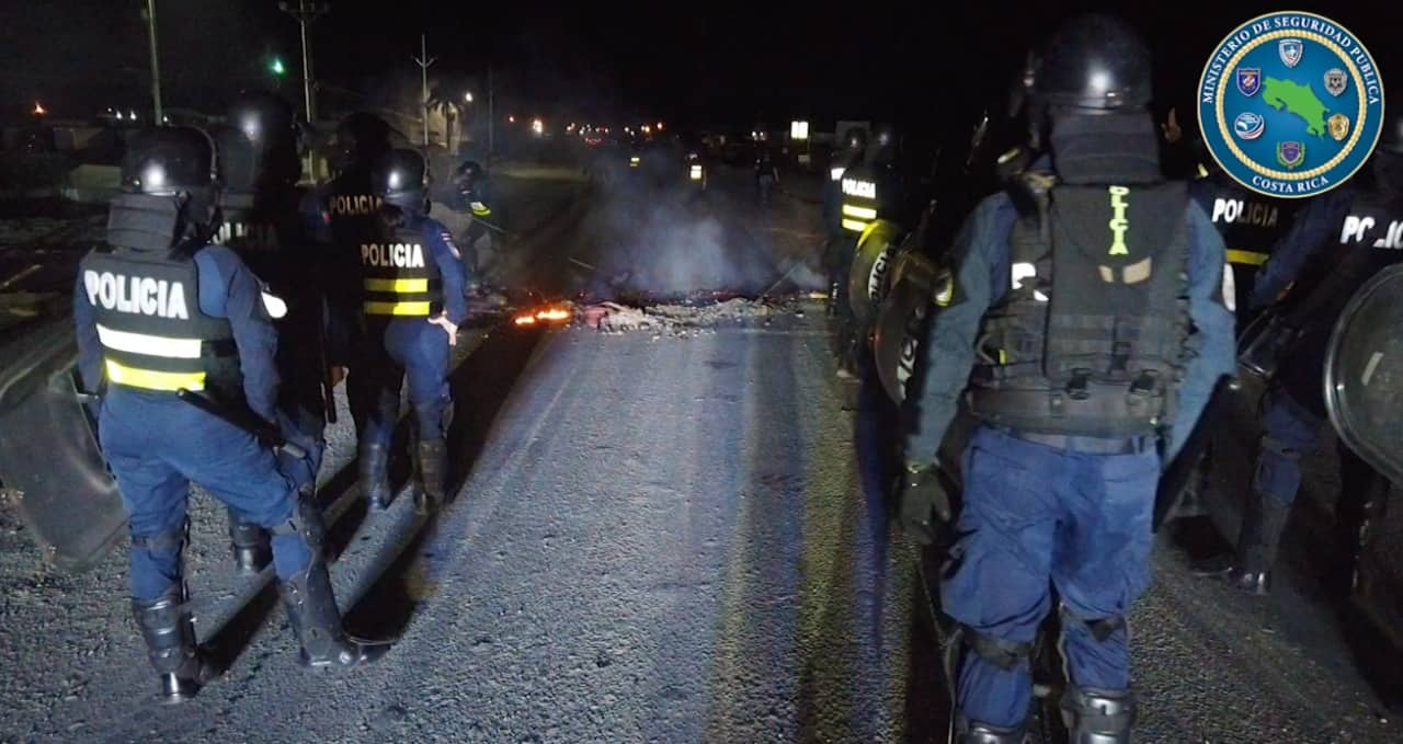 Police clear a blockade on Route 32 in Costa Rica the night of October 6, 2020.