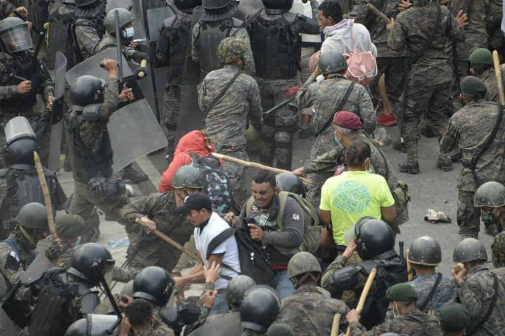 Honduran migrants, part of a caravan heading to the United States, clash with Guatemalan security forces in Vado Hondo, Guatemala on January 17, 2021.