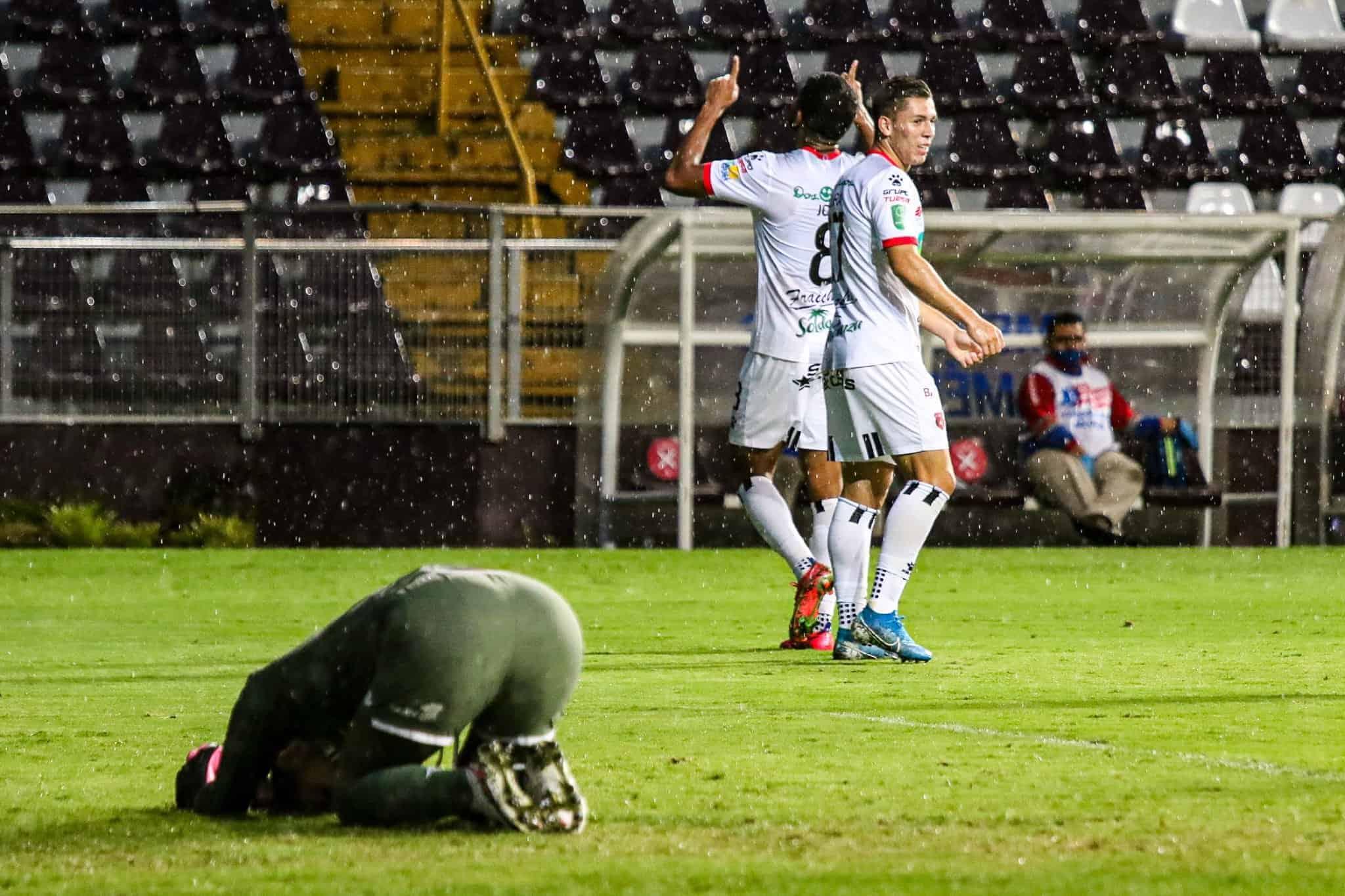 Liga Deportiva Alajuelense celebrates a 5-0 victory over Saprissa in Tibás.