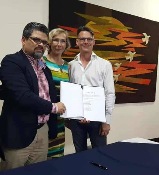 Dean Paquette, right, and wife Anne Michele, the founders of Bello Horizonte, at the signing of an agreement with ASCADA, the Costa Rican Alzheimer's association.