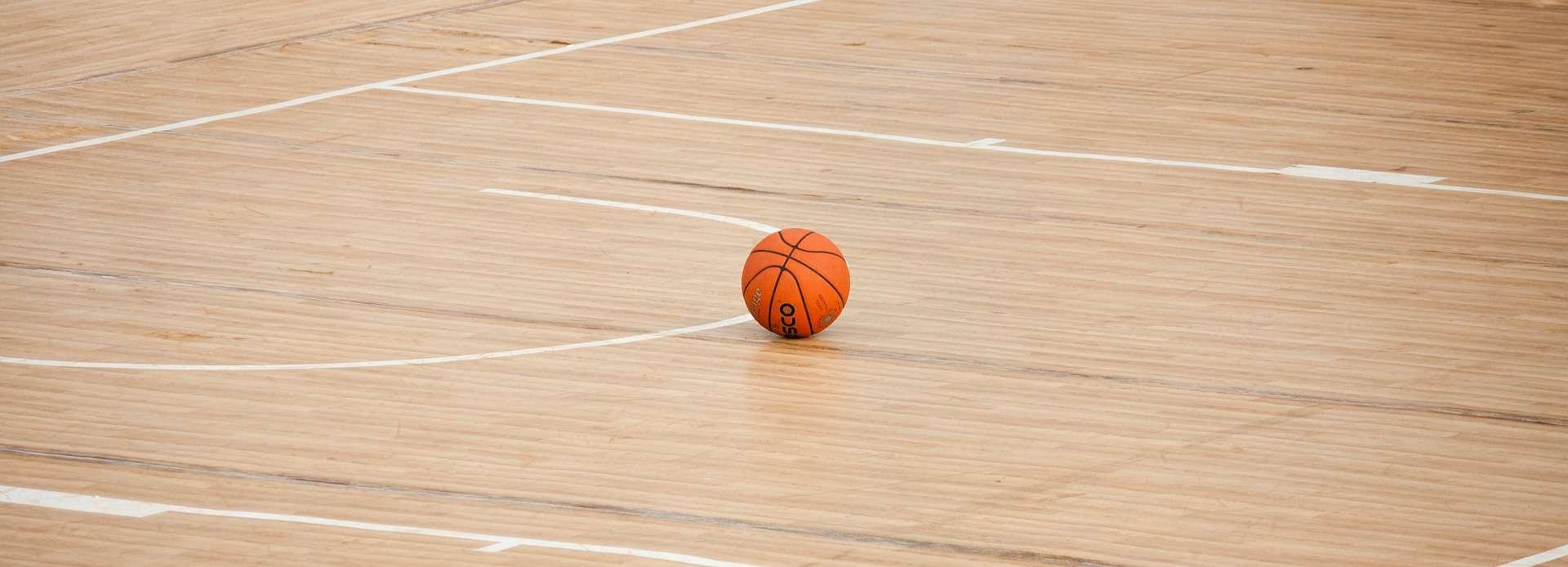 Una pelota de baloncesto en una cancha de baloncesto.